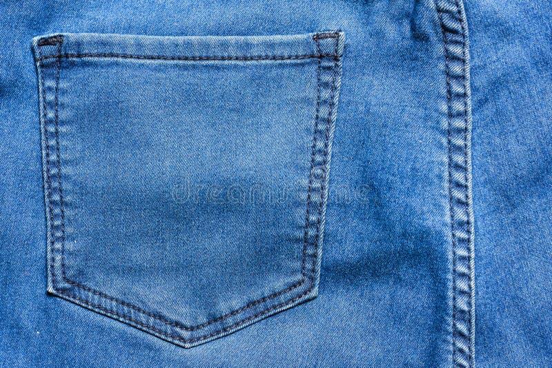 Ciérrese encima de textura trasera del fondo del dril de algodón del bolsillo de los tejanos Los vidrios encierran en tejanos tra fotografía de archivo