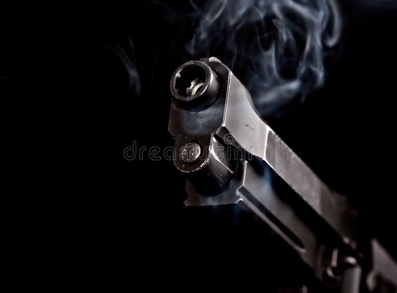 Arma automático con el humo de arma 1 imagenes de archivo
