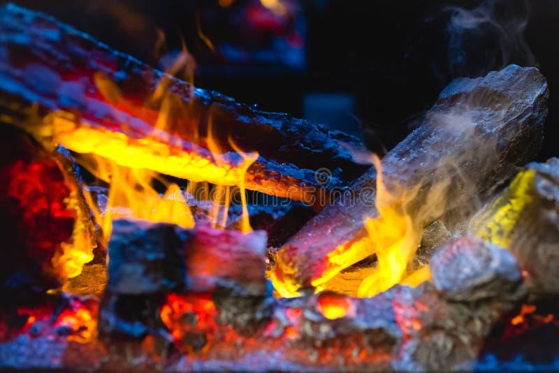 Ciérrese encima de tiro de la leña ardiente en la chimenea imagenes de archivo