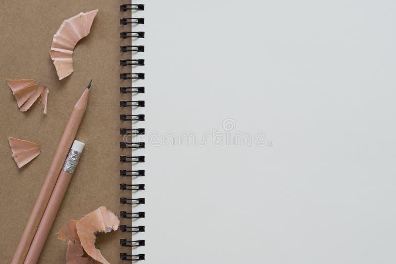 Ciérrese encima de tiro de la vista superior del papel reciclado espacio en blanco espiral cerrado fotos de archivo