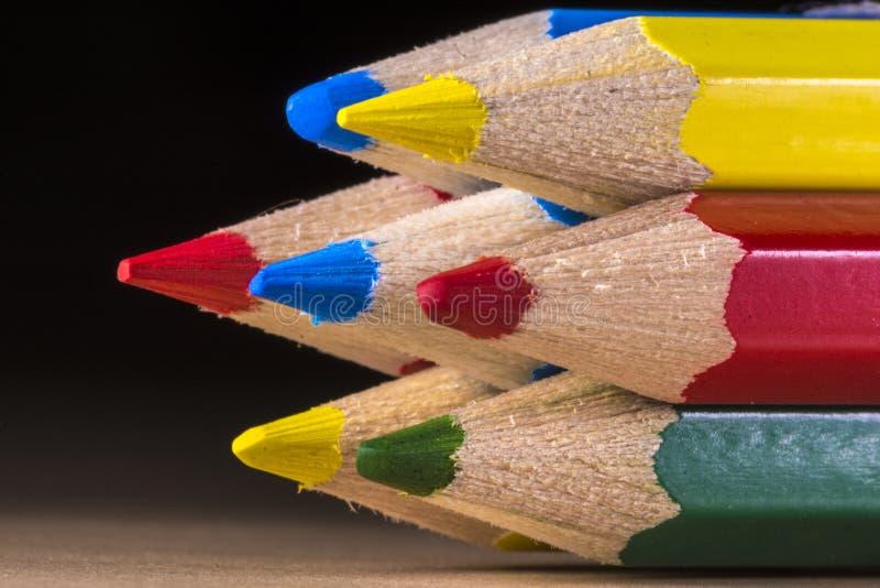 Ciérrese encima de tiro macro del lápiz del color amarillo, rojo, azul y verde fotografía de archivo
