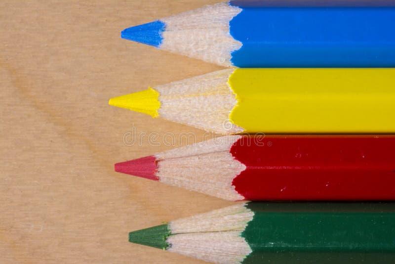 Ciérrese encima de tiro macro del lápiz horizontal del color amarillo, rojo, azul y verde imagenes de archivo