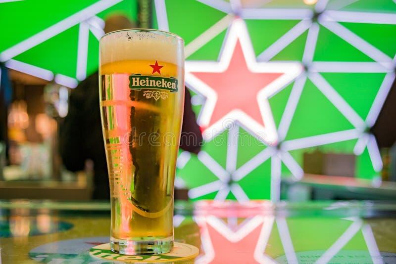 Ciérrese encima de tiro de un vidrio de cerveza fría de Heineken fotos de archivo libres de regalías