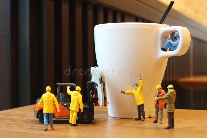 Ciérrese encima de trabajadores miniatura de la gente foto de archivo libre de regalías