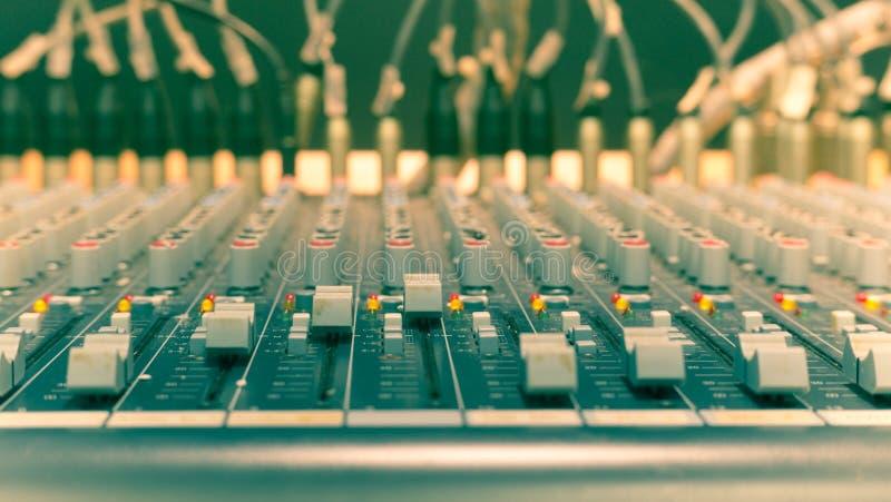 Ciérrese encima de un mezclador de la música, fotografía de archivo libre de regalías