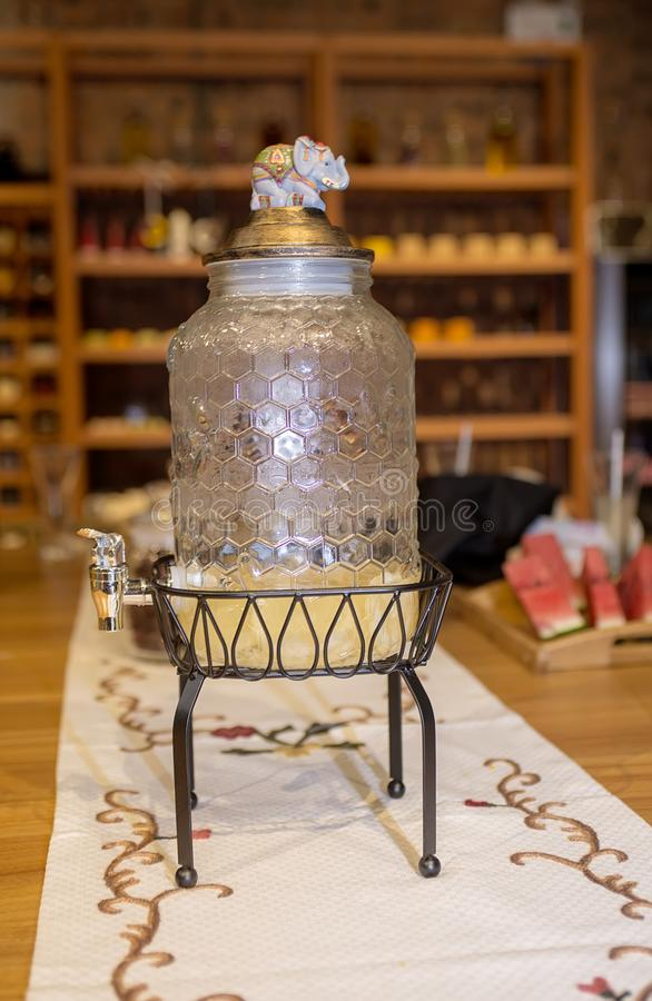 Ciérrese encima de una botella de bebidas del jugo foto de archivo libre de regalías