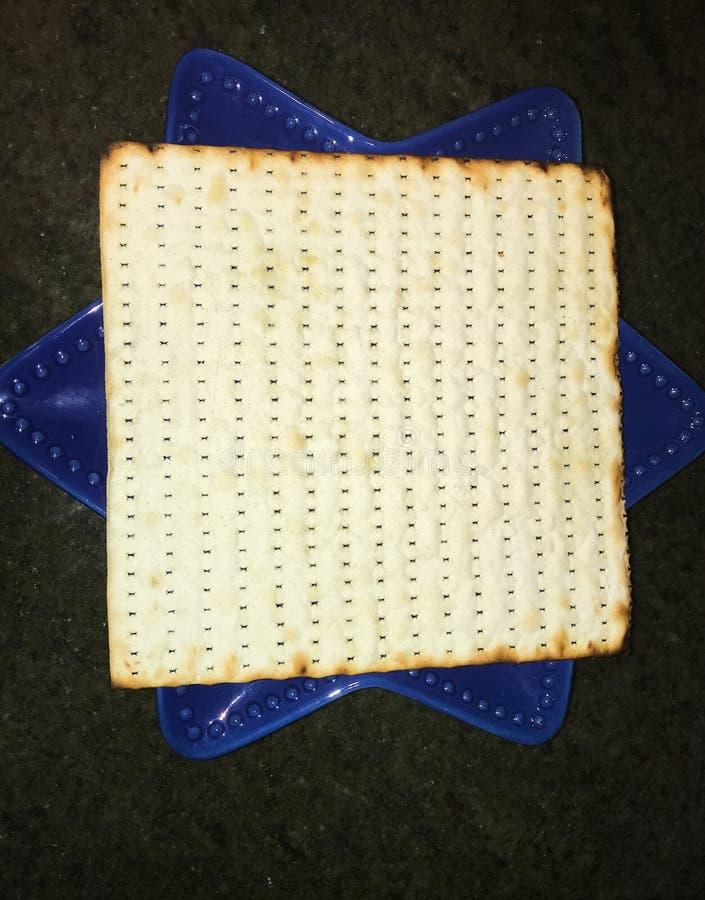 Ciérrese encima de una hoja del matzoh en la placa azul foto de archivo
