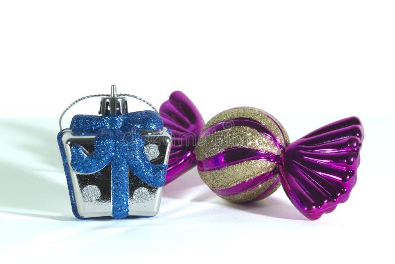 Ciérrese encima de una mofa encima de la mini caja de regalo de plata y el azul y el oro centellean una forma del caramelo para l foto de archivo libre de regalías