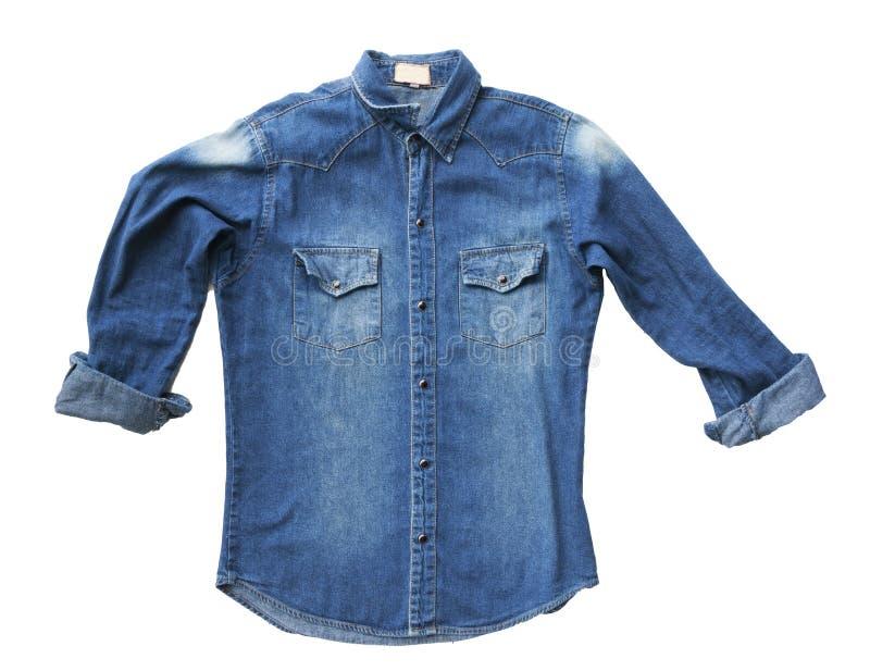 Ciérrese encima de vaqueros azules de la camisa del dril de algodón imagen de archivo