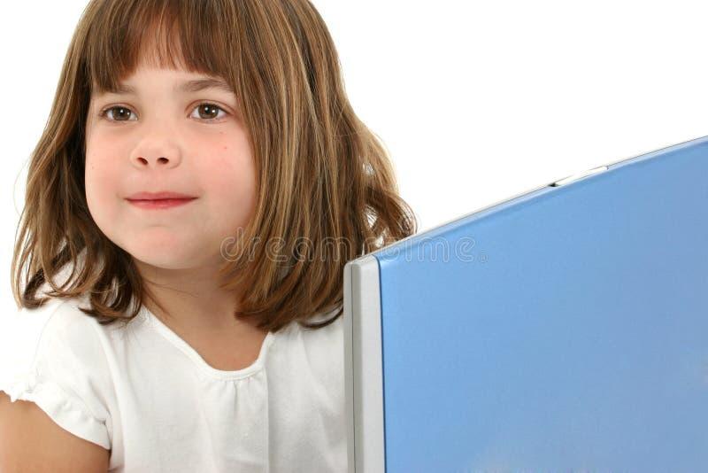 Ciérrese encima de vieja muchacha de cinco años con la computadora portátil fotografía de archivo