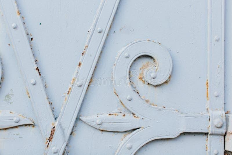 Ciérrese encima de vista de la vieja puerta blanca pintada fotografía de archivo