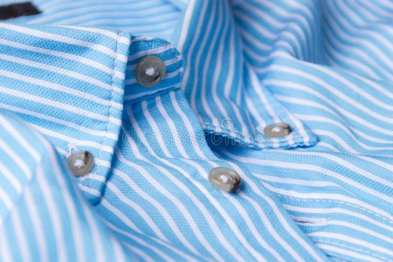 Ciérrese encima de vista de una camisa azul genérica del negocio con una línea modelo imágenes de archivo libres de regalías