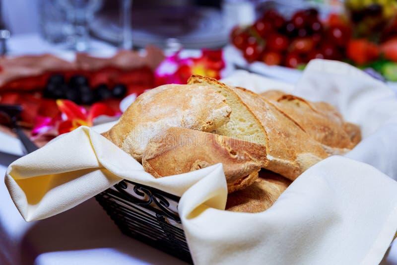 Ciérrese encima de vista del pan crujiente fresco en una cesta fotos de archivo libres de regalías