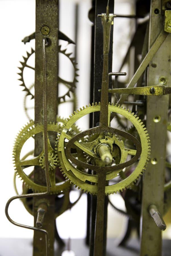 Ciérrese encima de vista del viejo mecanismo grasiento y oxidado del reloj de pared con los engranajes imagen de archivo libre de regalías