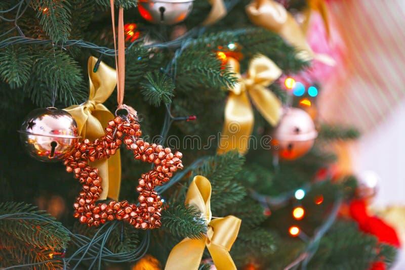 Ciérrese encima de vista de la Navidad adornada hermosa foto de archivo libre de regalías