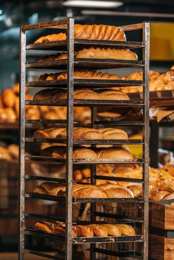 ciérrese encima de vista de la panadería recientemente cocida imágenes de archivo libres de regalías