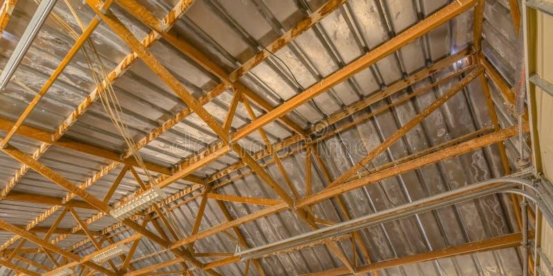 Ciérrese encima de vista de un marco interior del tejado del granero foto de archivo libre de regalías