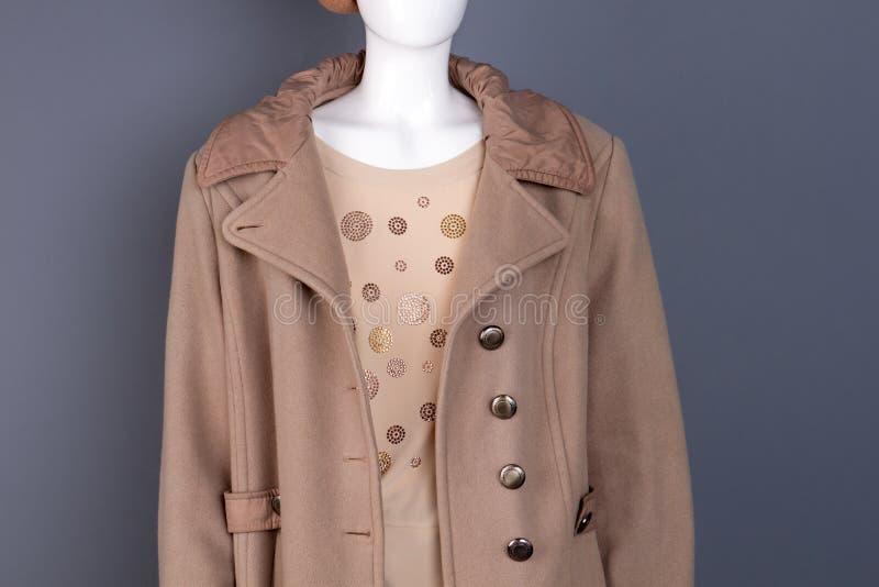 Ciérrese encima del abrigo elegante de las mujeres en maniquí imagen de archivo