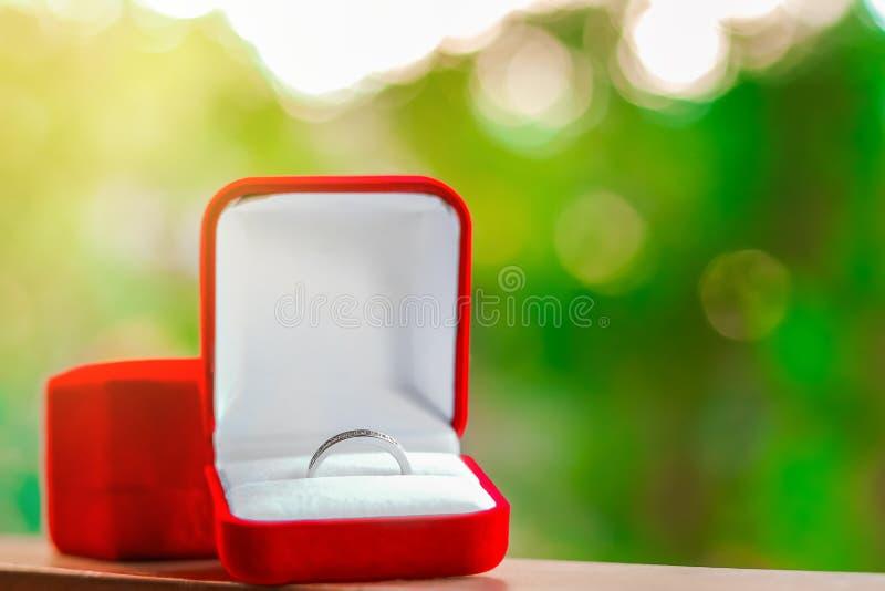 Ciérrese encima del anillo de bodas en caja roja foto de archivo