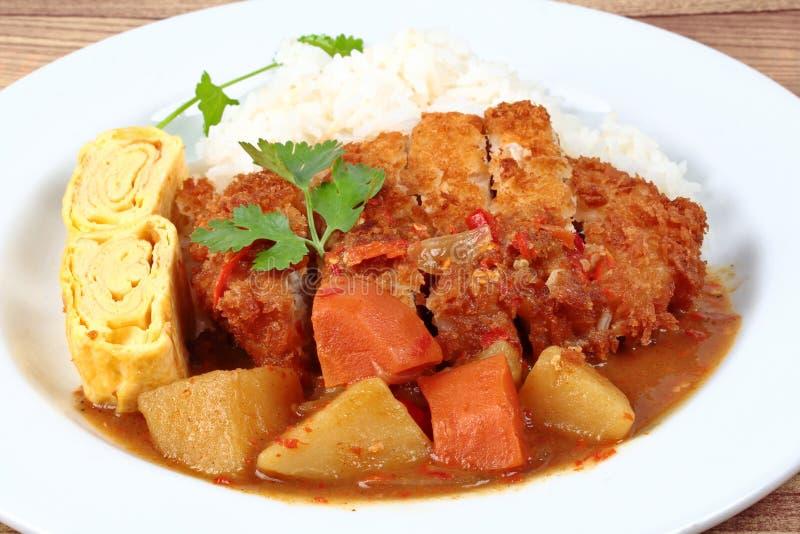 Ciérrese encima del arroz con el cerdo frito, rollo de la tortilla, curry amarillo fotos de archivo