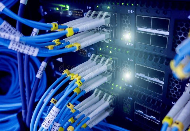 Ciérrese encima del cable de fribra óptica Estantes de los servidores imagen de archivo libre de regalías