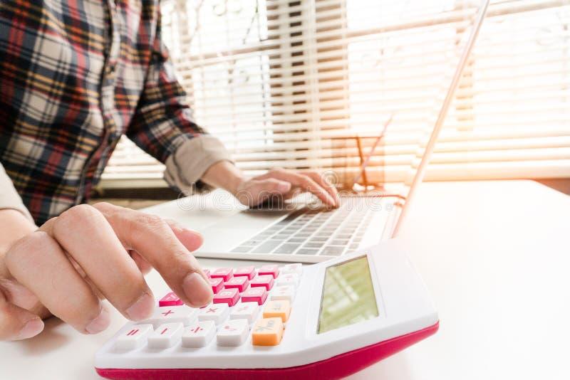 Ciérrese encima del contable o del banquero que hace cálculos imagen de archivo