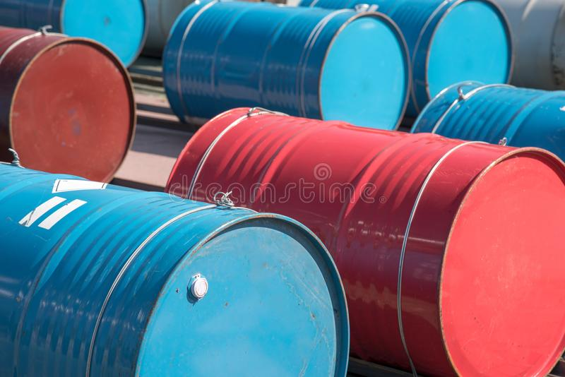 Ciérrese encima del depósito de gasolina rojo y azul de aceite para industrial fotos de archivo