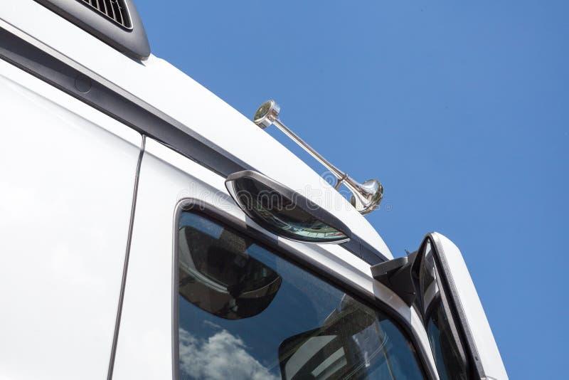Ciérrese encima del detalle del cuerno blanco del camión imágenes de archivo libres de regalías