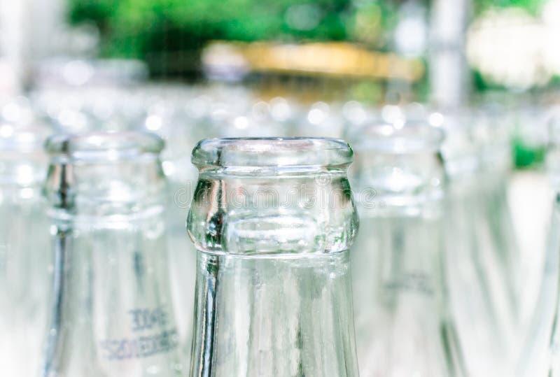Ciérrese encima del detalle de botellas de cristal usadas foto de archivo
