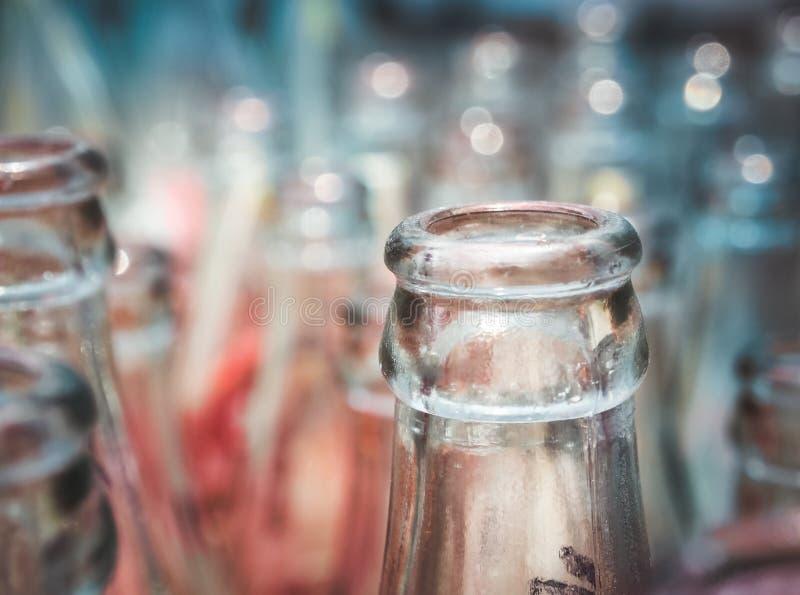 Ciérrese encima del detalle de botellas de cristal usadas imagen de archivo libre de regalías