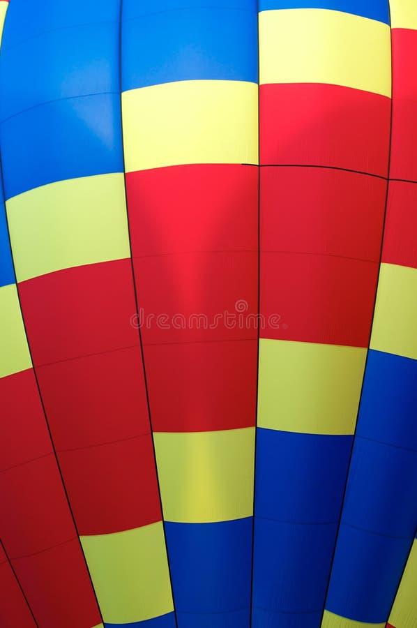 Ciérrese encima del detalle del globo del aire caliente de colores primarios foto de archivo