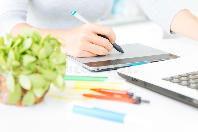 Ciérrese encima del diseñador que usa diseño de la tableta gráfica imagen de archivo libre de regalías
