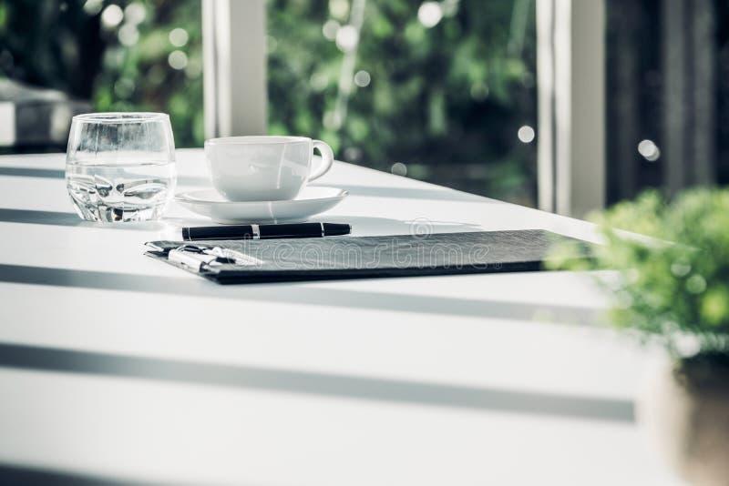 Ciérrese encima del documento del contrato del negocio sobre la tabla de la sala de reunión con la pluma imagen de archivo