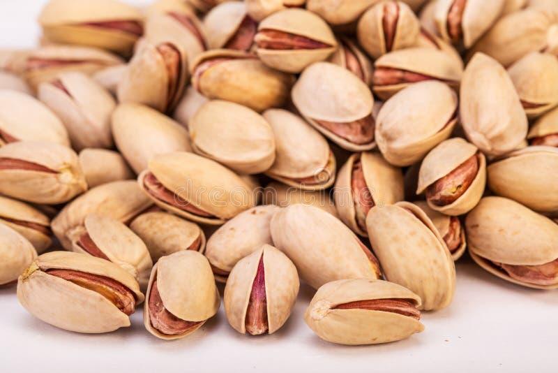 Ciérrese encima del grupo de nueces de pistacho crudas secas, frescas y grandes adentro ella fotografía de archivo