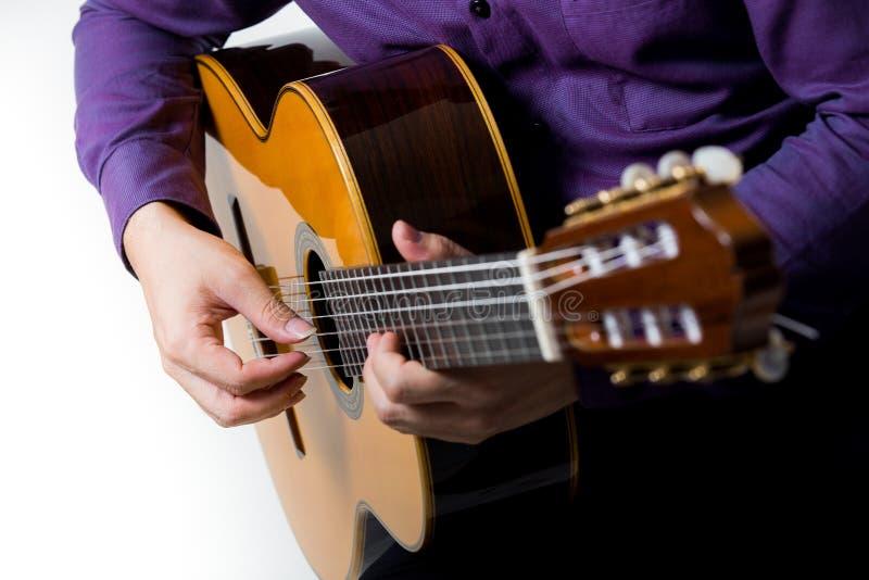 Ciérrese encima del hombre del guitarrista de la guitarra acústica clásico fotos de archivo libres de regalías