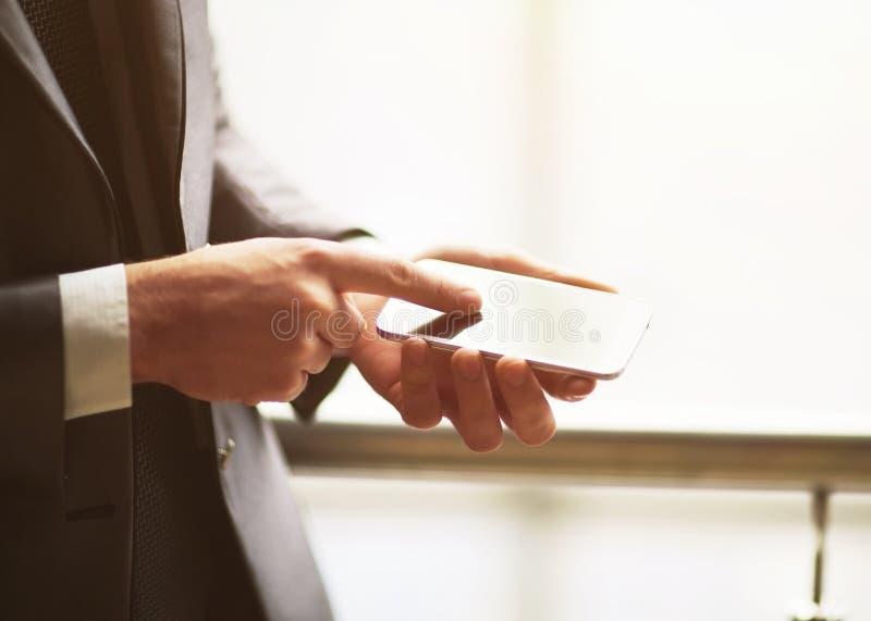Ciérrese encima del hombre que usa el teléfono elegante móvil al aire libre imágenes de archivo libres de regalías