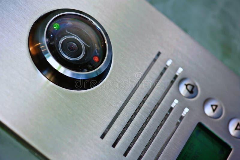 Ciérrese encima del intercomunicador video en la entrada de una casa fotografía de archivo