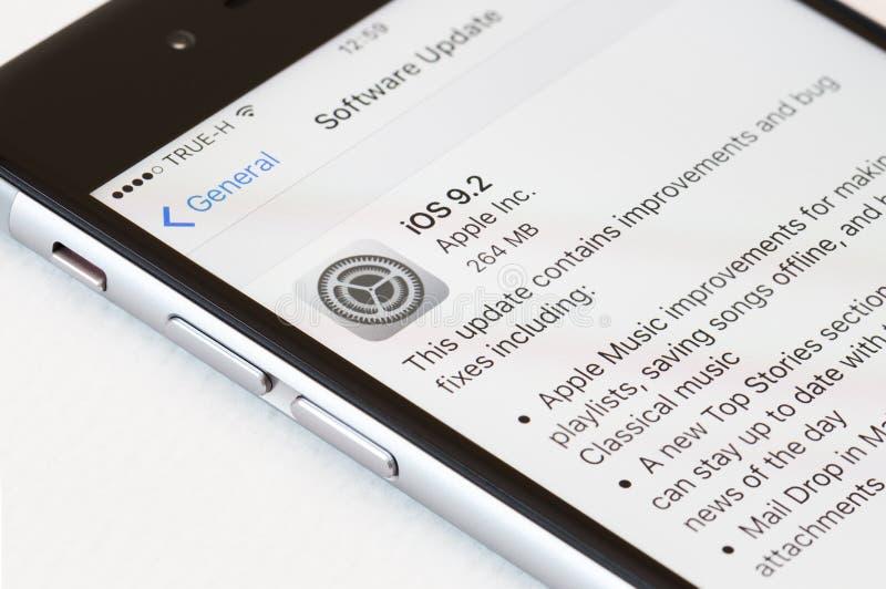 Ciérrese encima del IOS de la actualización de software de la operación de la pantalla del iphone a 9 2 versión, iphone desarroll fotos de archivo