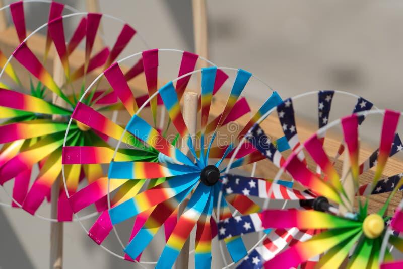 Ciérrese encima del juguete del molinillo de viento del arco iris, las turbinas coloridas juegan fotografía de archivo libre de regalías