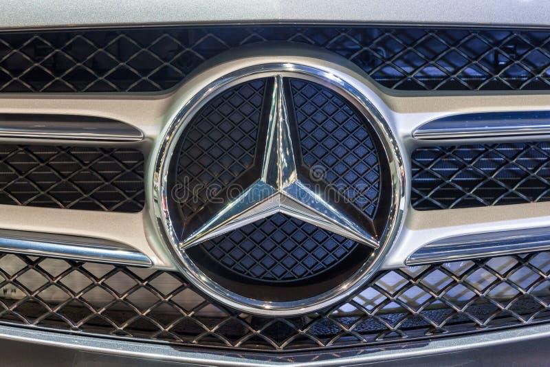 Cirrese encima del logotipo de mercedes benz foto editorial download cirrese encima del logotipo de mercedes benz foto editorial imagen 47648451 voltagebd Image collections