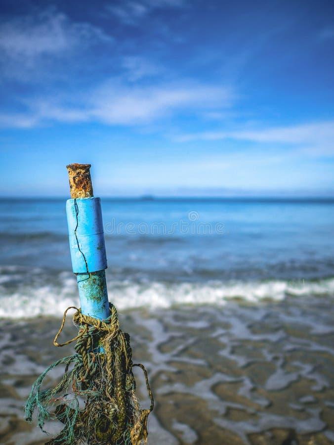 Ciérrese encima del marcador de la profundidad de agua del vintage en la playa con horizonte sin fin imagen de archivo