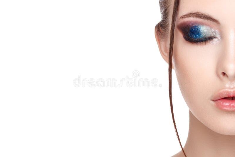 Ciérrese encima del medio retrato de la cara de la muchacha con la piel limpia fresca perfecta, modelo joven con el maquillaje at foto de archivo libre de regalías