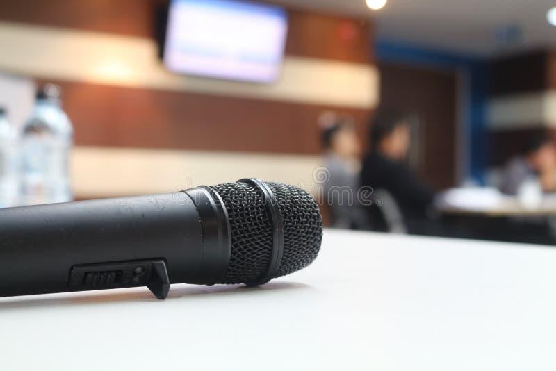Ciérrese encima del micrófono negro en la tabla fotografía de archivo