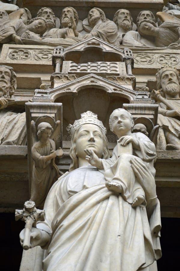 Ciérrese encima del portal de la Virgen María, Notre Dame de Paris, Ile de la Cite, París Francia imagen de archivo libre de regalías