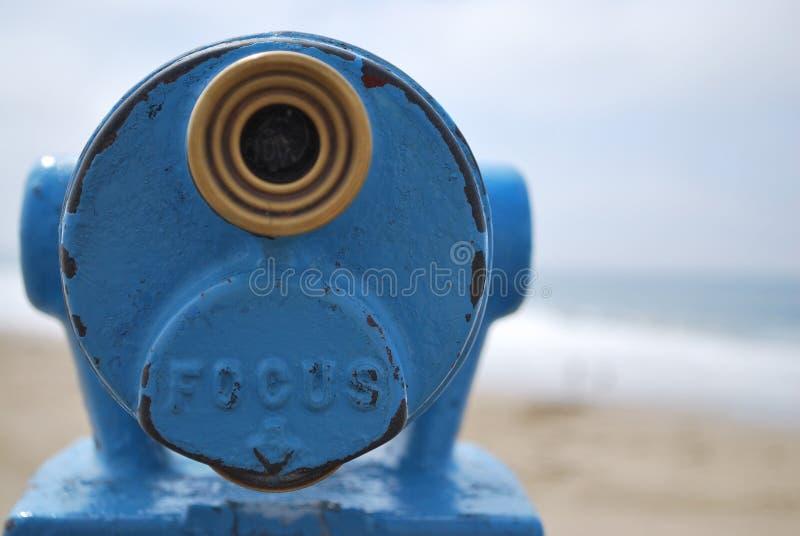 Ciérrese encima del punto azul de opinión del telescopio que mira hacia fuera al mar con el espacio de la copia a fotografía de archivo