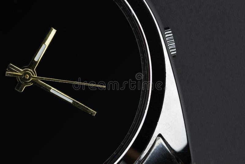 Ciérrese encima del reloj de lujo en fondo negro imagenes de archivo