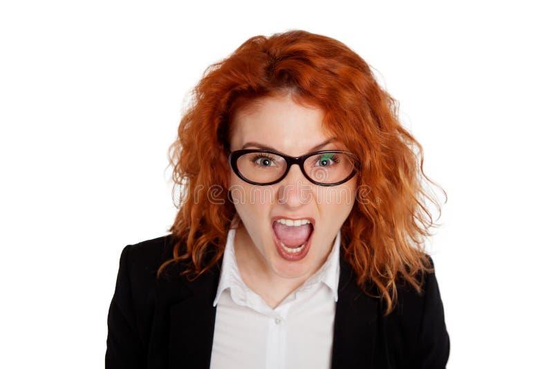 Ciérrese encima del retrato aislado de la mujer enojada enfadada joven Expresiones humanas negativas de la cara de las emociones imágenes de archivo libres de regalías
