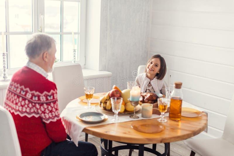 Ciérrese encima del retrato conversación entre el abuelo y la niña fotos de archivo