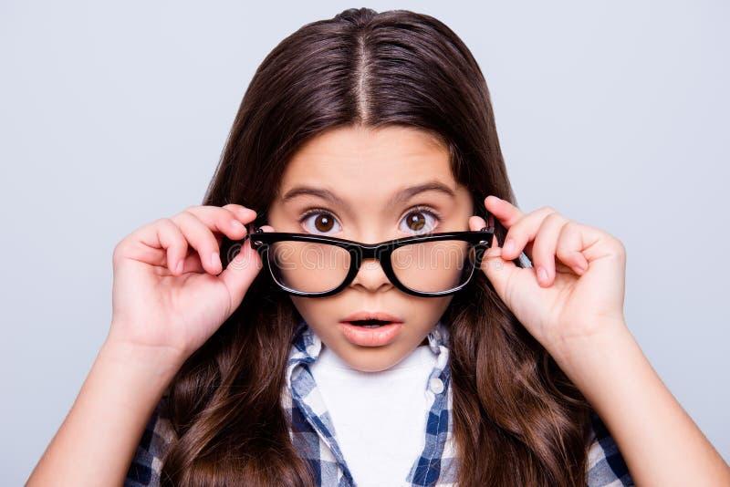 Ciérrese encima del retrato de chocado, increíble, mirada de la niña imagen de archivo libre de regalías