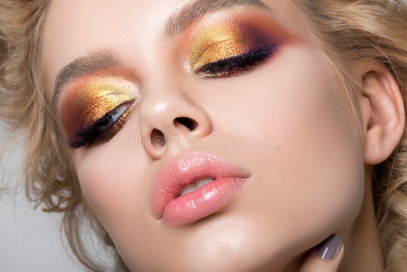 Ciérrese encima del retrato de la belleza de la mujer joven con maquillaje del verano foto de archivo